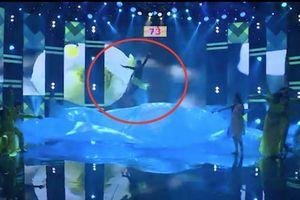 Khán giả hoảng hồn vì thí sinh gặp tai nạn khi đang đu dây