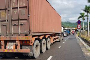 Xe tải hỏng gây ùn tắc giao thông, mạng xã hội 'đồn' sập cầu