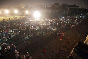 Giây phút tàu hỏa lao vào đám đông dự lễ hội ở Ấn Độ