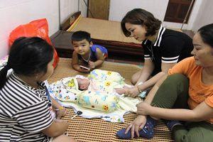 Phát hiện bé trai 2 tháng tuổi bị bỏ rơi bên vệ đường