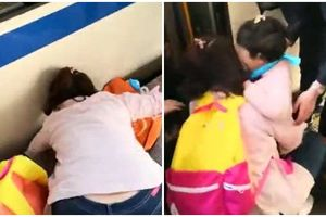 Mẹ mải mê chơi điện thoại, con gái ngã nhào xuống đường ray lúc nào không biết
