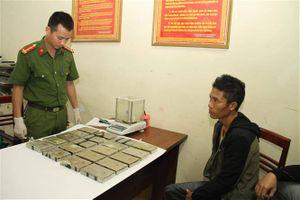 Yên Bái bắt quả tang đối tượng tàng trữ vận chuyển 20 bánh heroin