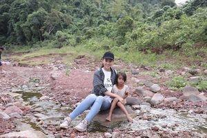 Hoa hậu Tiểu Vy ngồi công nông mang nước sạch lên bản