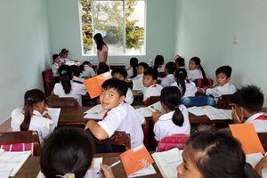 Trường xây chậm, học sinh 'mượn phòng' trong công ty thủy sản