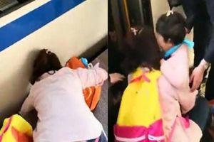 Mẹ mải 'dán mắt' vào điện thoại, con gái nhỏ bị rơi xuống khoảng trống ở ga tàu