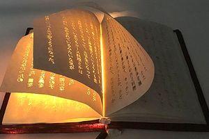 Nghệ sĩ Nhật tạo ra cuốn sách huyền diệu phát sáng từ bên trong