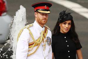 Công nương Meghan diện váy đen giản dị sánh đôi cùng Hoàng tử Harry