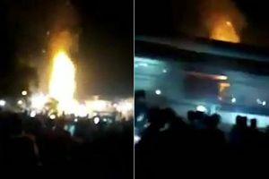 Clip: Tàu hỏa lao vào đám đông ở Ấn Độ, ít nhất 50 người chết