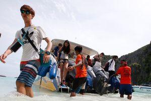 Loạt ảnh cho thấy du khách 'tiếp tay' phá hủy vịnh biển đẹp ở Thái Lan