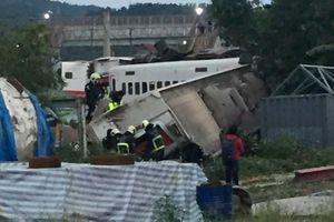 Tàu Đài Loan lật ngang, hành khách hoảng loạn tìm cách thoát