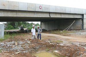 Cao tốc Đà Nẵng - Quảng Ngãi: Sau mặt đường hỏng lại đến cầu thấm dột