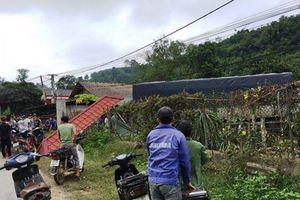 Xe tải lao vào nhà dân, đâm tử vong 2 người đi xe máy