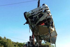 Xe tải nổ lốp lao xuống vực, tài xế nguy kịch