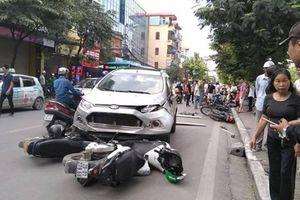 Hà Nội: Ô tô tông liên hoàn 4 xe máy khiến 6 người bị thương trên phố Kim Ngưu