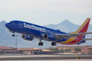 Máy bay hạ cánh khẩn vì hành khách 'nổi máu dê'