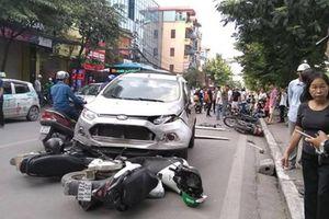Xe 'điên' tông liên tiếp 4 xe máy, 6 người nhập viện cấp cứu