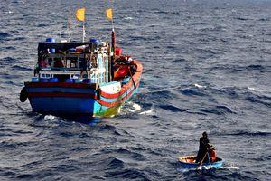 Tìm kiếm 2 ngư dân rơi xuống biển mất tích