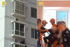 Cụ ông 83 tuổi tay không leo xuống 17 tầng lầu