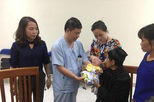Con của đôi vợ chồng chết cháy ở phố Đê La Thành được xuất viện