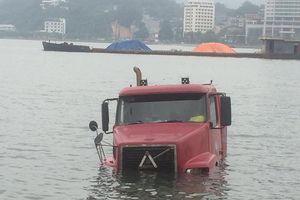 Bất cẩn khi lùi, xe container trượt thẳng xuống Vịnh Hạ Long