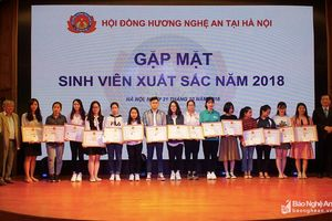15 thủ khoa, sinh viên xuất sắc con em Nghệ An được khen thưởng, tôn vinh