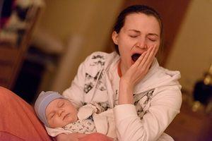 Mách mẹ 10 cách đối phó với những triệu chứng mệt mỏi, thiếu ngủ sau sinh