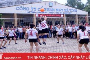 Nữ công nhân Công ty CP May Hà Tĩnh vui giải bóng chuyền hơi
