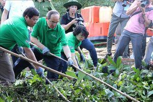 Bí thư Thành ủy Nguyễn Thiện Nhân cùng người dân dọn rác trên kênh Rạch Lăng