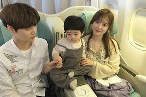 'Nàng cỏ' Goo Hye Sun khoe nhẫn cưới do chồng trẻ Ahn Jae Hyun thiết kế