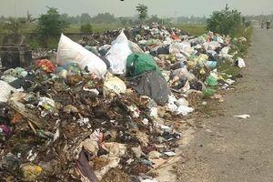 Hà Tĩnh: Bãi tập kết rác xã Yên Lộc bốc mùi, nằm án ngữ trên đường liên xã