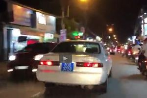 TP.HCM: Người dân hốt hoảng nhường đường cho xe biển xanh đi 'công vụ'