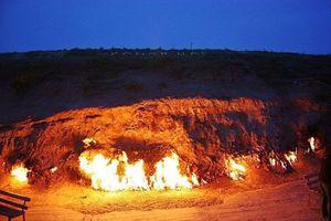 Sự thật ngỡ ngàng về ngọn núi bất tử rực lửa cả trăm năm