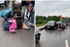 Tài xế mở cửa bất cẩn khiến người phụ nữ đi xe máy bị kéo lê