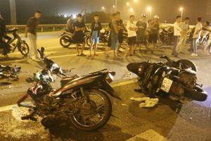 Xe máy 'đấu đầu' nhau, 2 người nguy kịch