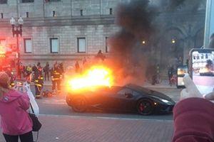 Siêu xe Lamborghini bốc cháy, người đi đường mải mê… chụp ảnh