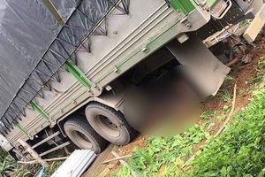 Xe tải húc đổ cổng, đâm chết hai vợ chồng trong nhà