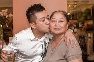 Bỏ qua những vận xui liên tiếp, Tuấn Hưng cùng bà xã tổ chức sinh nhật cho mẹ