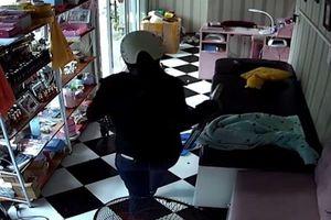 Nhân viên đi quên khóa cửa bị 'nữ quái' đột nhập, ăn trộm laptop