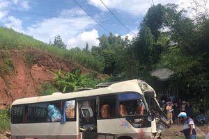 Xe khách va chạm với xe tải, nhiều người bị thương