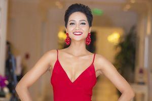 H'Hen Niê gợi cảm, khoe nhan sắc rực rỡ trước thềm Hoa hậu Hoàn vũ thế giới