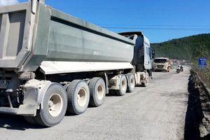 Đường nát tươm, dân đổ đá ra đường chặn xe tải