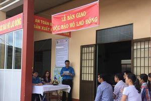 LĐLĐ Bình Định bàn giao góc Bảo hộ lao động cho doanh nghiệp thủy sản gần ngàn công nhân