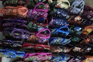 Bộ sưu tập túi xách làm từ vỏ bao mì tôm đầy sắc màu của kỷ lục gia VN