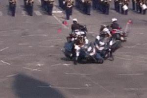 Cảnh sát lao môtô vào nhau trong lễ kỷ niệm quan trọng