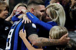 Icardi hôn thắm thiết vợ đẹp sau khi lập công ở derby Milan