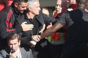 Mourinho đối mặt án phạt sau pha rượt đuổi trợ lý HLV Chelsea
