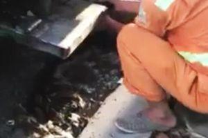 Công nhân môi trường xả lén nước bẩn xuống cống thoát nước đô thị