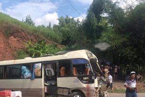 Xe tải đối đầu xe khách, hơn 10 người bị thương