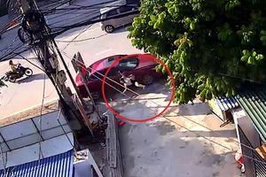 Tai nạn kinh hoàng: Người phụ nữ đang quét rác bất ngờ bị ôtô tông văng
