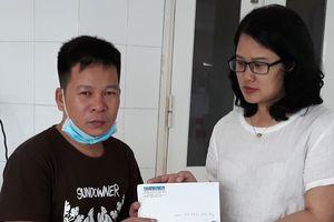 Trao tiền hỗ trợ các trường hợp thương tâm